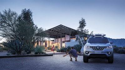 Renault ALASKAN Concept - Parked in front of a family home - A little girl welcomes her father