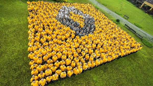 Discover Renault - people forming Renault logo