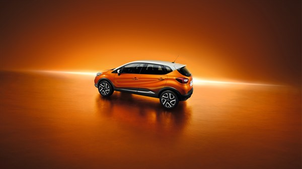 Renault Service - Bicolor Captur on orange background